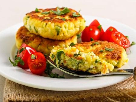 Пържени кюфтета от тиквички, картофи, магданоз и яйца - снимка на рецептата